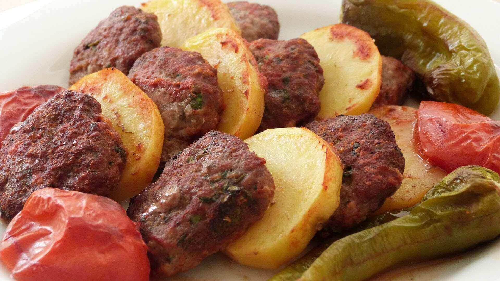 Gebackene Knöbel mit Kartoffel - Fırında Köfteli Patates