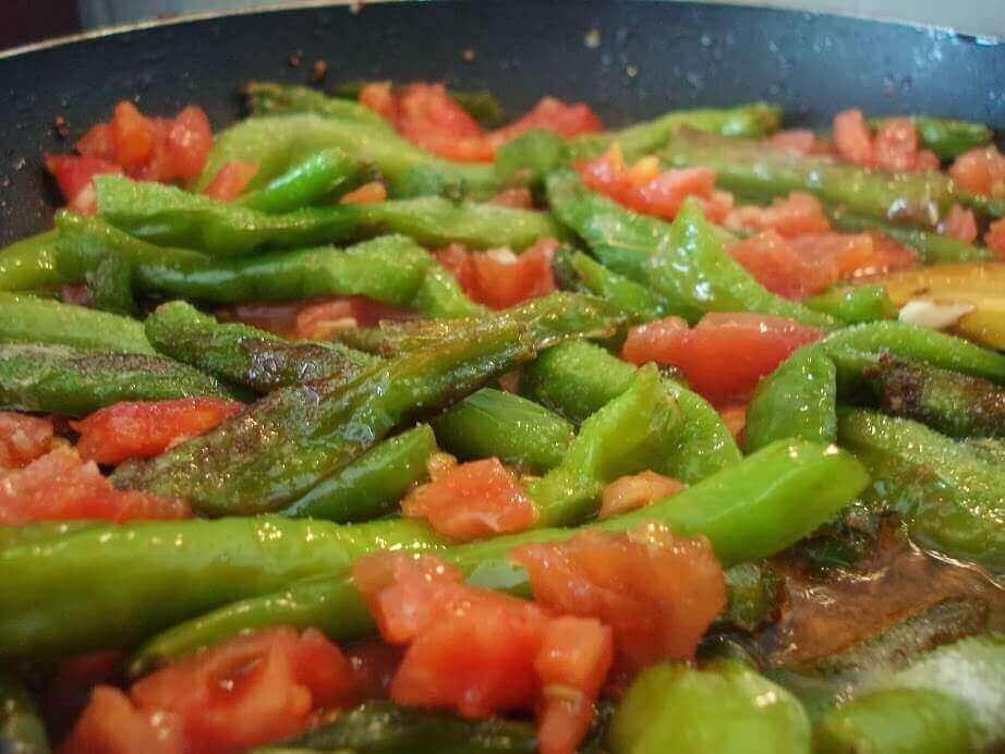 Tomaten und Paprika Pfanne - Domatesli Biber Kavurma