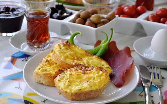 Brotscheiben mit Ei und Käse im Ofen – Firinda Yumurtali Peynirli Ekmek