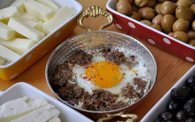 Ei mit gebratenem Fleisch - Kavurmalı Yumurta