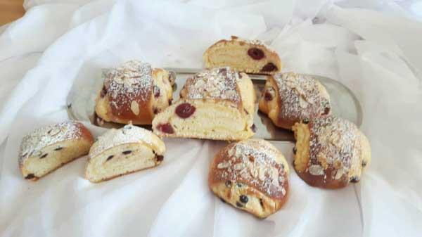 Gebäck mit Pudding und Sauerkirschen - Pudingli Vişneli Tatlı Çörek