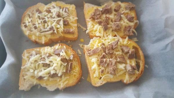 Brotscheiben mit Fleisch - Kavurmalı Ekmek Dilimleri