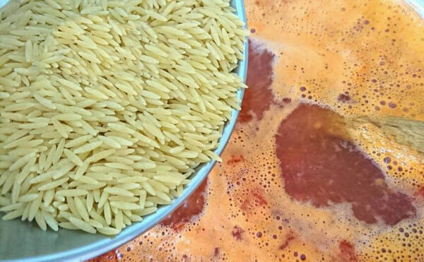 Tomatensuppe mit Nudelreis - Şehriyeli Domates Çorbası