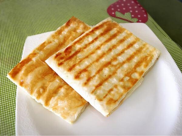 Knuspriger Pfannkuchen mit Käse - Peynirli Çıtır Gözleme