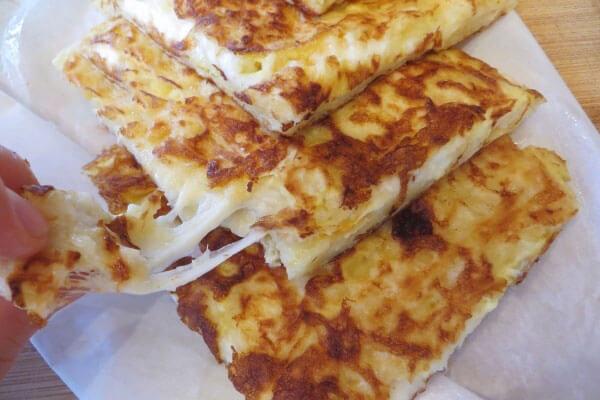 Pfannkuchen mit Ei und Käse - Yumurtalı Peynirli Gözleme