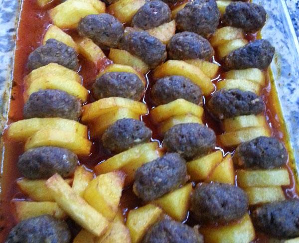 Frikadellen und Kartoffel aus dem Ofen - Fırında Köfteli Patates