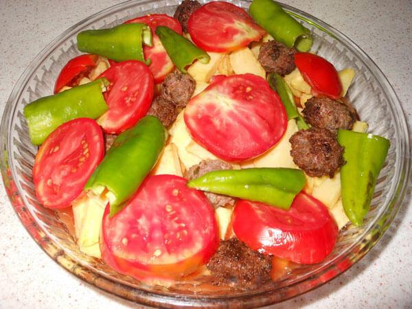 Frikadellen und Kartoffel aus dem Ofen - Köfteli Patates