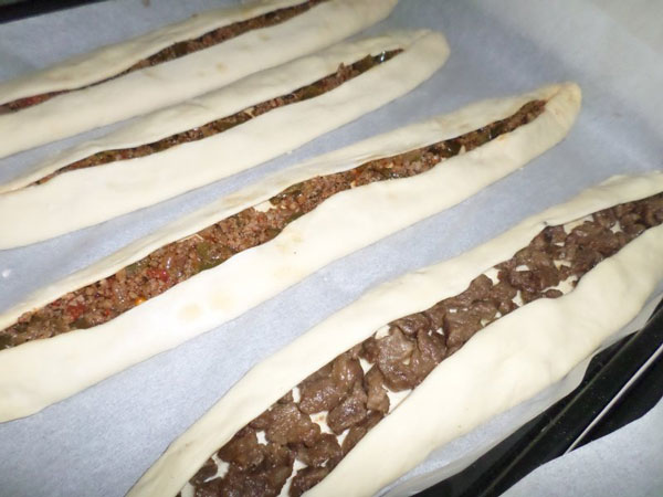 Fladen mit Fleisch - Kıymalı Kavurmalı Karadeniz Pidesi