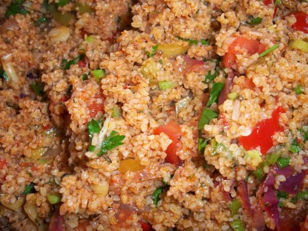 Bulgursalat mit Gemüsen - Sebzeli Kısır
