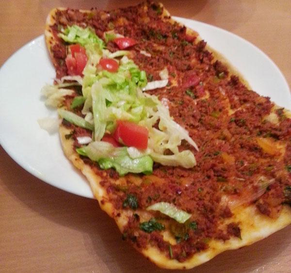 Hausgemachte türkische Pizza - Leziz Ev Lahmacunu