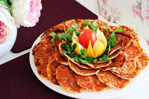 Türkische Pizza aus Yufka - Yufkadan Fındık Lahmacun