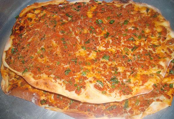 Hausgemachte türkische Pizza - Evde Lahmacun