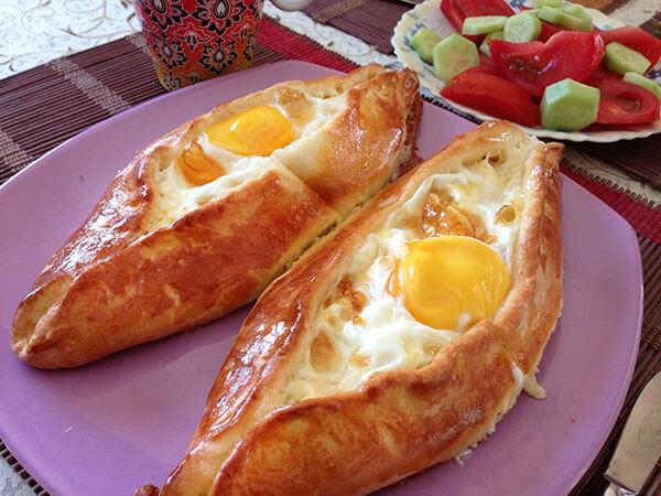 Fladen mit Käse und Ei - Peynirli Yumurtalı Pide
