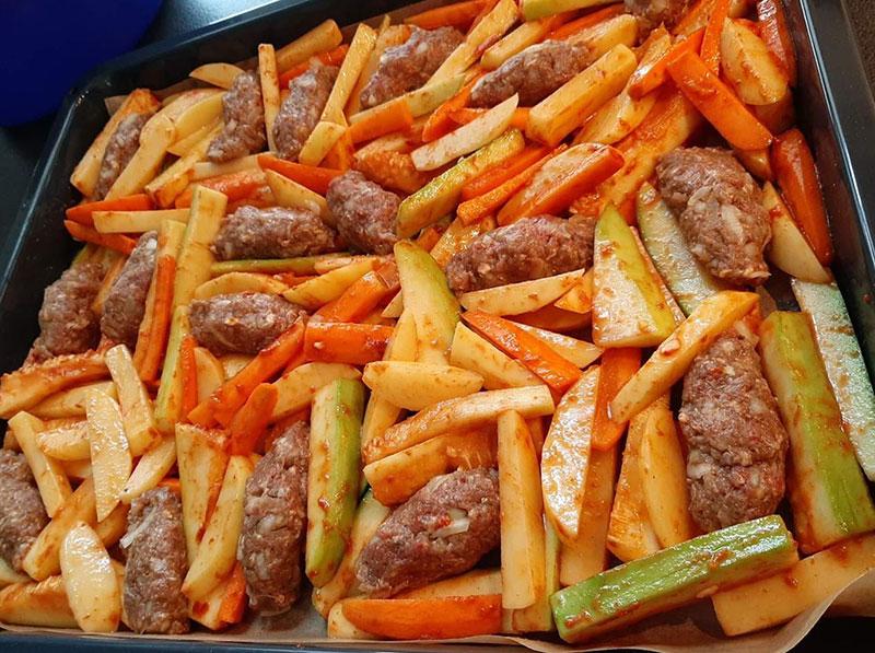 Köfte mit Gemüse aus dem Ofen