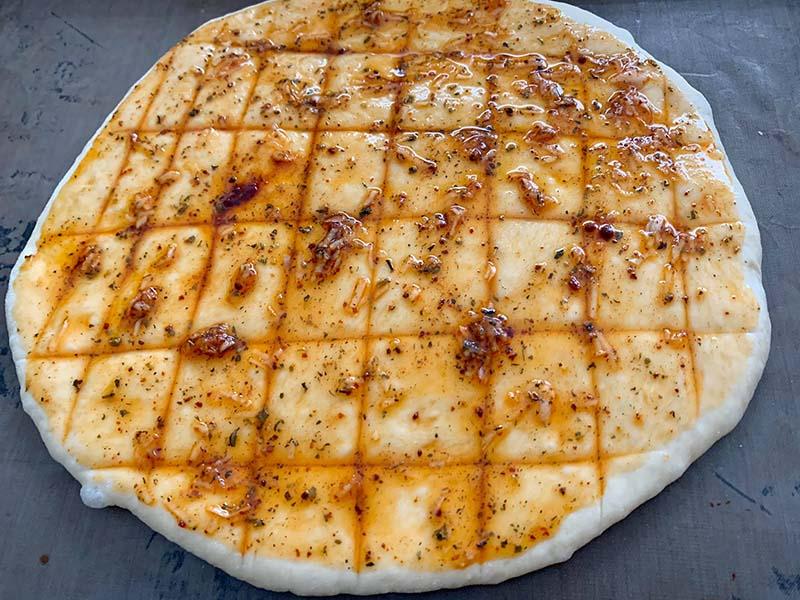 Türkische Pide Rezept mit Knoblauch und Gouda